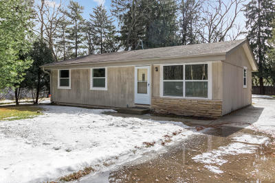 Delafield Single Family Home Active Contingent With Offer: 524 Anderson Dr