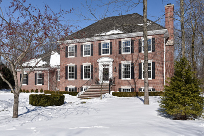Mequon Single Family Home For Sale: 124 E Springwood Ct