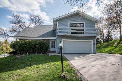 Waukesha Single Family Home For Sale: 2903 Berkshire Ct