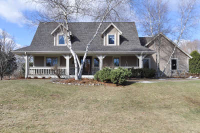 West Bend Single Family Home Active Contingent With Offer: 3411 Oakwood Ct