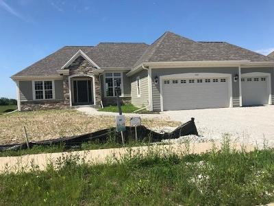 Waukesha Single Family Home For Sale: 1417 White Deer Trl