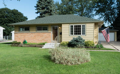 Hartland Single Family Home Active Contingent With Offer: 632 Belshire Dr