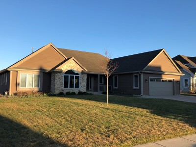 Oconomowoc Single Family Home Active Contingent With Offer: 528 Cassie Lynn Ln