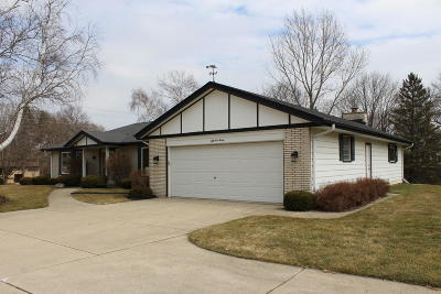 Hales Corners Single Family Home Active Contingent With Offer: 5520 S Kurtz Rd