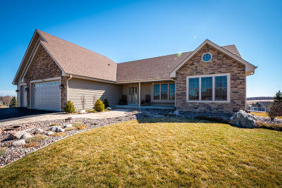 Slinger WI Single Family Home Active Contingent With Offer: $424,900