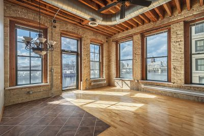 Milwaukee Condo/Townhouse Active Contingent With Offer: 141 N Water St #20