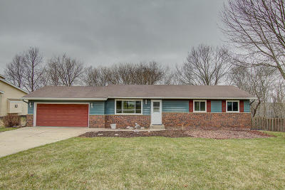 Hartland Single Family Home Active Contingent With Offer: 1012 Chelsea Cir