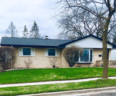 Milwaukee Single Family Home Active Contingent With Offer: 9542 W Kaul
