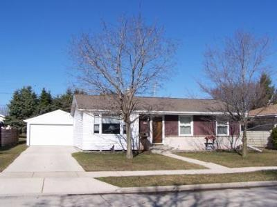 Sheboygan Single Family Home Active Contingent With Offer: 2928 S 21st