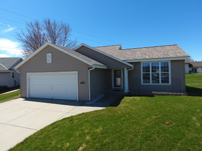 Waukesha Single Family Home For Sale: 1906 Crossbow Ct