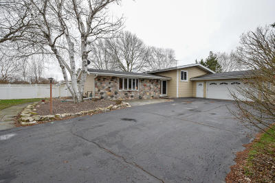 Waukesha Single Family Home For Sale: S47w24985 Lawnsdale Rd
