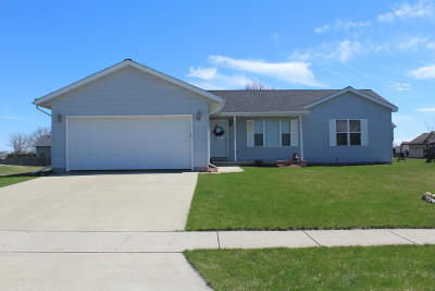 Delavan WI Single Family Home Active Contingent With Offer: $189,900