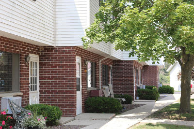 Slinger Condo/Townhouse For Sale: 107 Maple Ave S #3