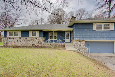 Single Family Home Active Contingent With Offer: N39w22691 Grandview Dr
