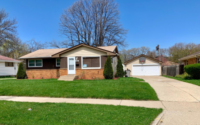 Milwaukee Single Family Home For Sale: 8050 W Lynmar Ter