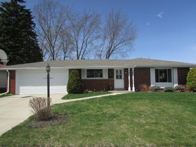 Oak Creek WI Single Family Home For Sale: $254,900