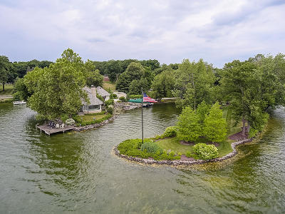 Oconomowoc Single Family Home For Sale: 4560 W Beach Rd
