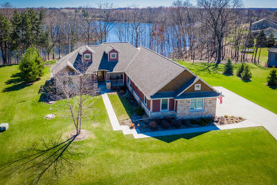 Oconomowoc Single Family Home Active Contingent With Offer: W356n6676 E Stonewood Dr