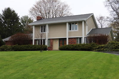 Waukesha Single Family Home Active Contingent With Offer: S65w24870 Susan St