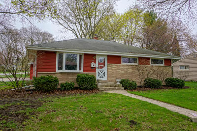 Waukesha Single Family Home Active Contingent With Offer: 1013 N Bel Ayr Dr