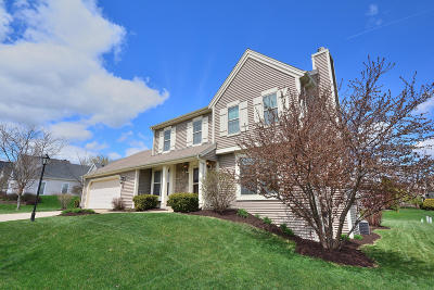 Waukesha Single Family Home For Sale: 922 River Hill Dr