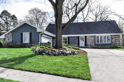 Waukesha Single Family Home Active Contingent With Offer: 1205 Ayrshire Ln