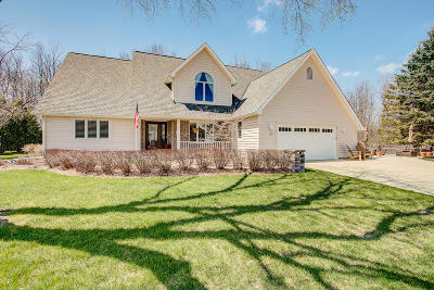 Ozaukee County Single Family Home Active Contingent With Offer: 363 Streamside Ct