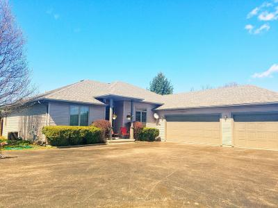 Oconomowoc Single Family Home Active Contingent With Offer: 1355 Eastfield Ct