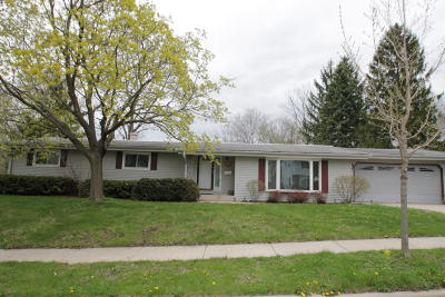 Waukesha Single Family Home Active Contingent With Offer: 1570 Dover Dr