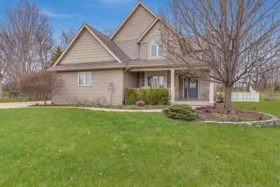 Pleasant Prairie WI Single Family Home Active Contingent With Offer: $364,900