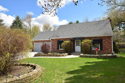 Hartland Single Family Home Active Contingent With Offer: 1018 Chelsea Cir