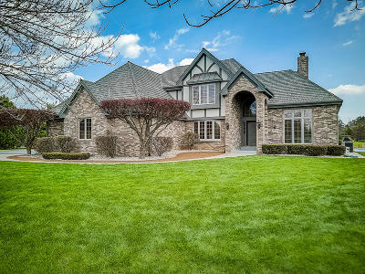 Mequon Single Family Home For Sale: 10704 N Beechwood Dr