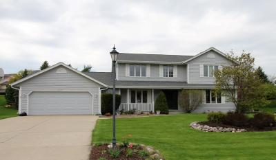 Waukesha Single Family Home Active Contingent With Offer: 22070 Peterhill Ct