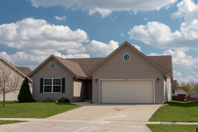 West Bend Single Family Home For Sale: 403 Sand Dr