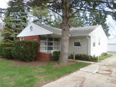 Kenosha Single Family Home Active Contingent With Offer: 4725 Harding Rd