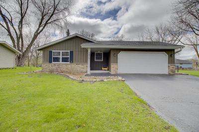 Waukesha Single Family Home Active Contingent With Offer: 1875 Davis Ln