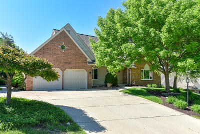 Waukesha Single Family Home For Sale: 1645 Legend Hill #LN