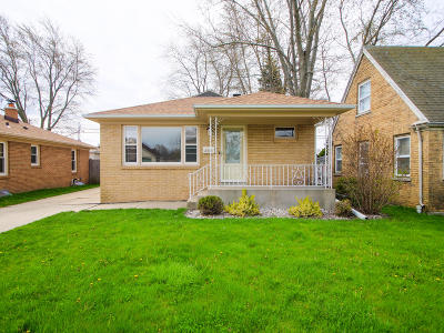 Racine Single Family Home Active Contingent With Offer: 2333 Dwight St