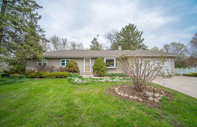 Cedarburg Single Family Home Active Contingent With Offer: 860 Lark Ct