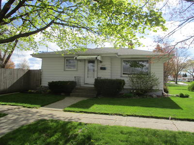 Kenosha Single Family Home Active Contingent With Offer: 2317 19th Ave