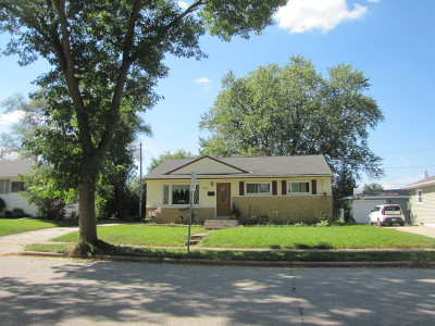 Waukesha Single Family Home Active Contingent With Offer: 332 Greenmeadow Dr