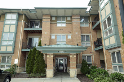 New Berlin Condo/Townhouse Active Contingent With Offer: 15295 W Library Ln #309