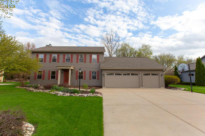 Hartland Single Family Home Active Contingent With Offer: 613 Greenway Ter
