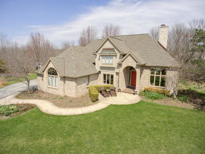 Mequon Single Family Home For Sale: 816 Fox Hunt Trace