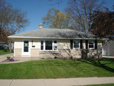 West Bend Single Family Home Active Contingent With Offer: 626 James Ct