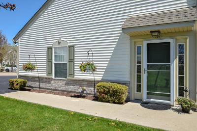 Racine Condo/Townhouse For Sale: 1121 Bedford Ct #202