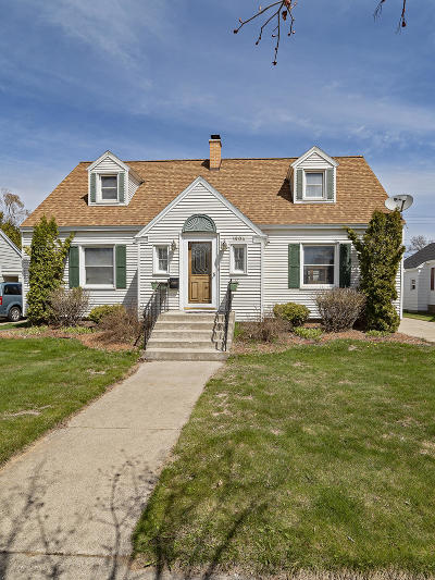 Menominee Single Family Home Active Contingent With Offer: 1904 17th Ave