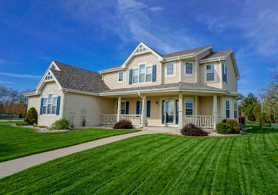 Oconomowoc Single Family Home For Sale: 1397 Lakeridge Dr