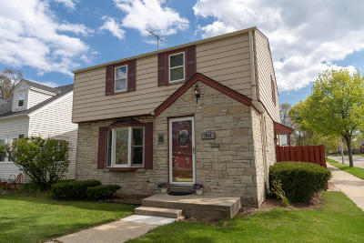Milwaukee Single Family Home For Sale: 301 E Wilbur