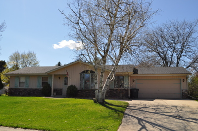 Mukwonago Single Family Home Active Contingent With Offer: 1135 Riverton Dr